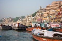 Barcos em Benares imagens de stock