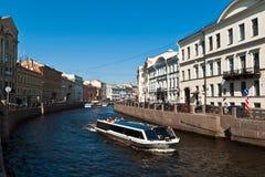 Barcos em canais de St Petersburg Fotografia de Stock Royalty Free