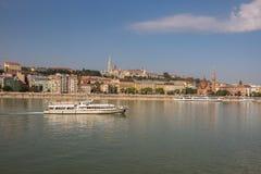 Barcos em Danube River em Budapest, Hungria Imagem de Stock