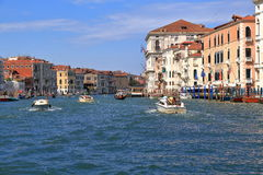 Barcos em Grand Canal no dia de verão em Veneza, Itália Fotografia de Stock Royalty Free