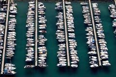 Barcos e iate brancos de navigação no porto Fotografia de Stock Royalty Free