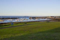 Barcos em suas amarrações ao lado da ilha do berbigão no porto maré natural em Groomsport no Co para baixo, Irlanda do Norte com  foto de stock royalty free