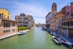 Barcos em um canal em Veneza Imagens de Stock Royalty Free