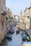 Barcos em um canal em Veneza Foto de Stock