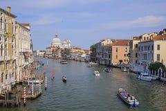 Barcos em um canal em Veneza Fotos de Stock