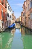Barcos em um canal em Veneza Imagem de Stock Royalty Free
