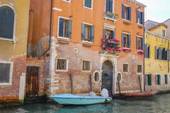 Barcos em um canal em Veneza Fotografia de Stock