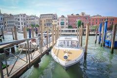 Barcos em um canal em Veneza Imagens de Stock