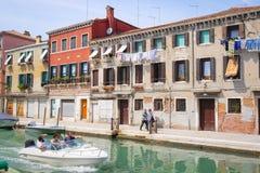 Barcos em um canal em Veneza Fotos de Stock Royalty Free