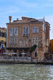 Barcos em um canal em Veneza Imagem de Stock