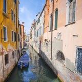 Barcos em um canal em Veneza Foto de Stock Royalty Free