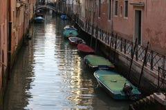 Barcos em um canal na cidade velha de Veneza, Itália Fotografia de Stock