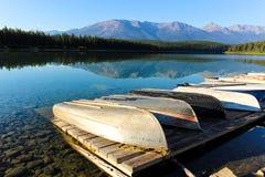 Barcos em um lago imóvel da montanha da água Fotos de Stock Royalty Free