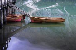 Barcos em um lago na luz da noite foto de stock