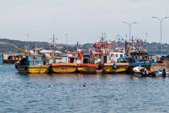 Barcos em um porto de Ancud, ilha de Chiloe, o Chile fotografia de stock