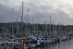 Barcos em um porto em um dia nebuloso imagens de stock