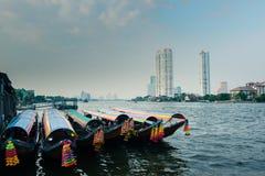Barcos em um rio em Banguecoque fotografia de stock royalty free