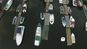 Barcos em uma opinião aérea do porto vídeos de arquivo