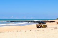 Barcos em uma praia foto de stock