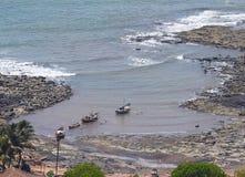 Barcos em uma vila litoral indiana pequena na região de Konkan fotografia de stock royalty free