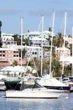 Barcos en bahía del agua azul foto de archivo libre de regalías