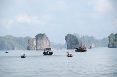 Barcos en bahía larga de la ha Imagenes de archivo