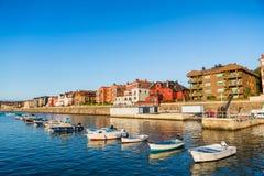 Barcos en canal residencial en un día soleado Fotos de archivo