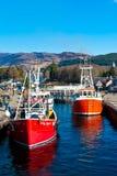 Barcos en cerraduras caledonias de un canal Imagen de archivo libre de regalías