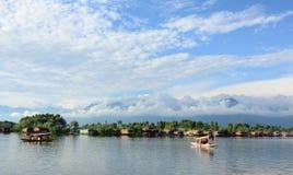 Barcos en Dal Lake en Srinagar, la India imagenes de archivo