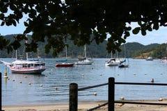 Barcos en DOS Reis, Rio de Janeiro - el Brasil de Angra Foto de archivo