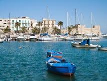 Barcos en el acceso viejo de Bari. Apulia. Foto de archivo
