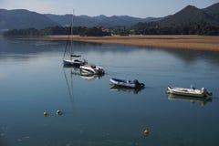 Barcos en el bisphere del reservat del urdaibai en país basque imagen de archivo libre de regalías