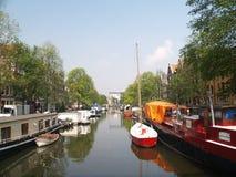 Barcos en el canal de Amsterdams Fotografía de archivo libre de regalías