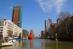 Barcos en el canal de Wijnhaven - Rotterdam - Países Bajos Imagen de archivo libre de regalías