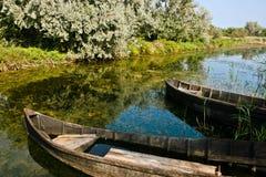 Barcos en el canal del delta de Danubio Imagen de archivo libre de regalías