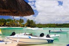 Barcos en el complejo playero tropical Foto de archivo