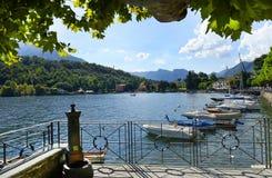 Barcos en el embarcadero, lago Como Fotografía de archivo