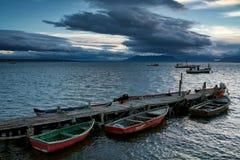Barcos en el embarcadero y las naves en el mar Foto de archivo