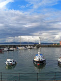 Barcos en el faro de New Haven, Edimburgo, Escocia, Reino Unido imagenes de archivo