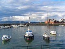 Barcos en el faro de New Haven, Edimburgo, Escocia, Reino Unido fotos de archivo