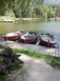 Barcos en el lago Braies Fotos de archivo libres de regalías