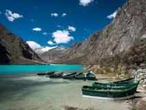 Barcos en el lago Chinancocha, Perú fotografía de archivo