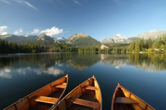 Barcos en el lago de la montaña Imagenes de archivo