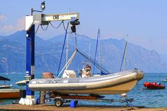 barcos en el lago Garda en Italia Foto de archivo