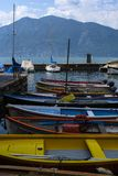 barcos en el lago Garda en Italia Fotografía de archivo