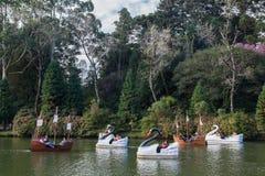 Barcos en el lago oscuro Gramado el Brasil Fotografía de archivo