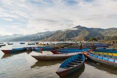 Barcos en el lago Phewa en Pokhara, Nepal Imágenes de archivo libres de regalías