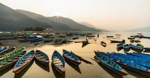 Barcos en el lago Pokhara, Nepal Imagenes de archivo