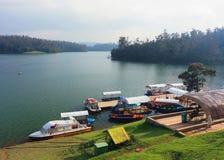 Barcos en el lago Pykara, la India Imagen de archivo