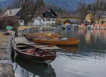 Barcos en el lago sangrado fotografía de archivo